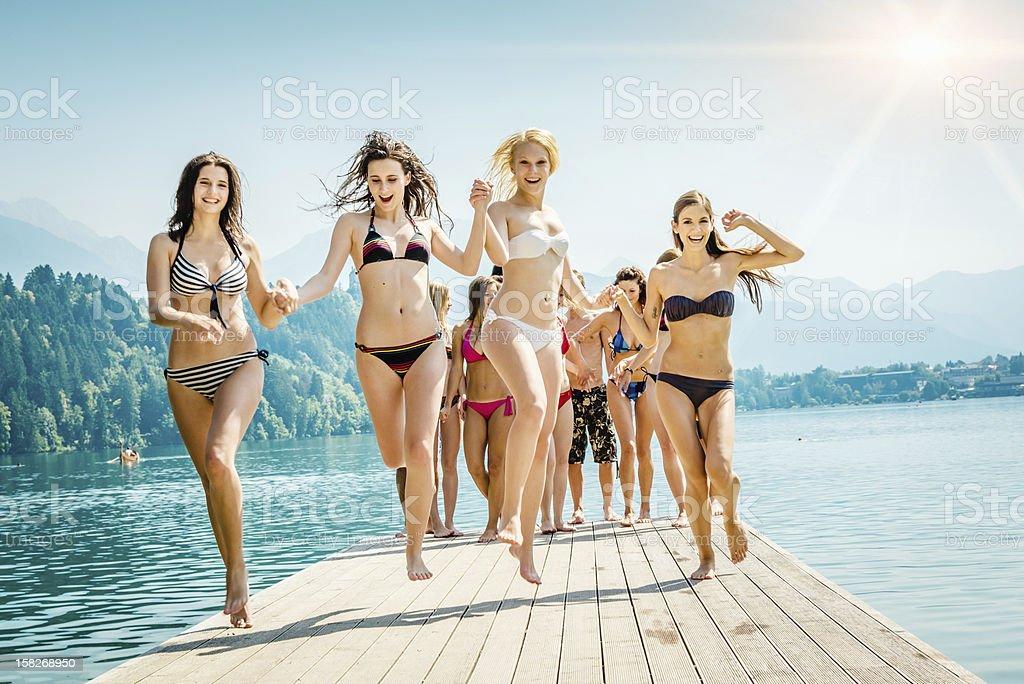 Acclamations filles dans le lac-vacances d'été - Photo