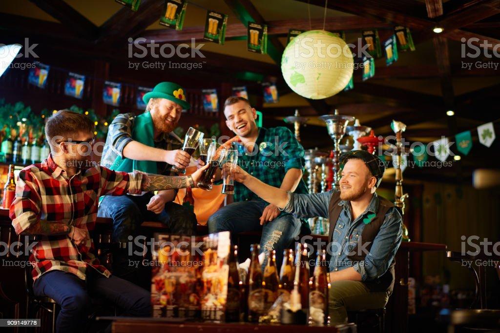 Jubelnde Menschen Toasten mit Biergläser – Foto