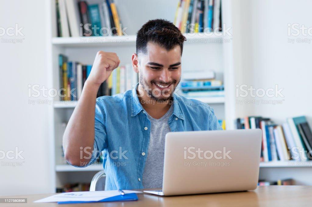 Que anima hombre hipster mexicana con notebook - foto de stock