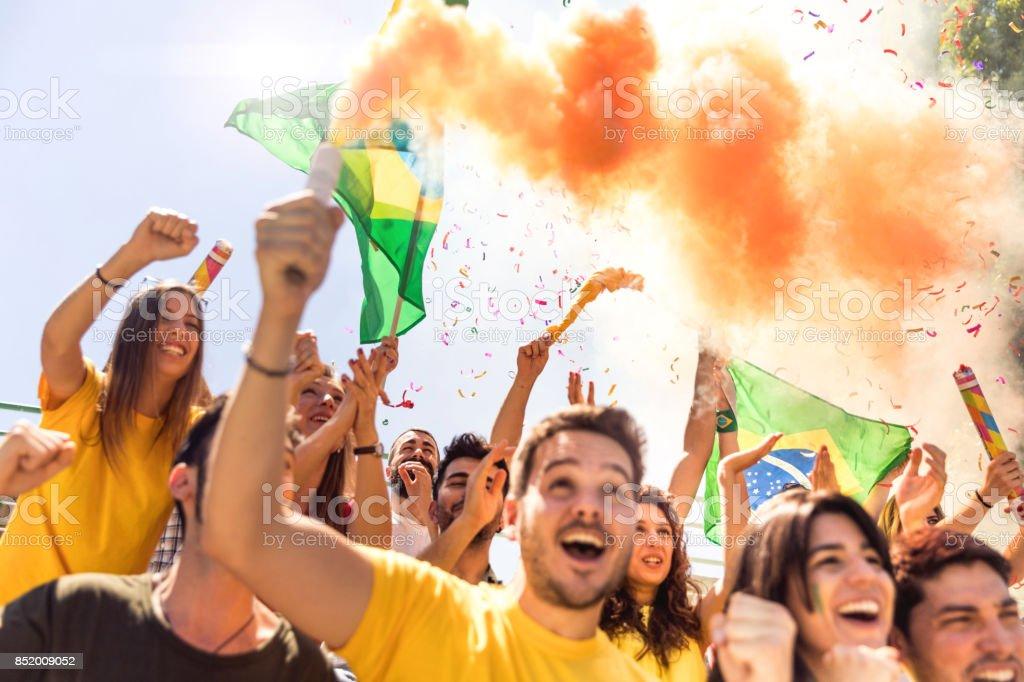 Comemorando multi-étnico jogo adeptos - foto de acervo