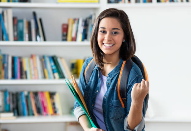 juichende spaanse vrouwelijke student - slagen school stockfoto's en -beelden