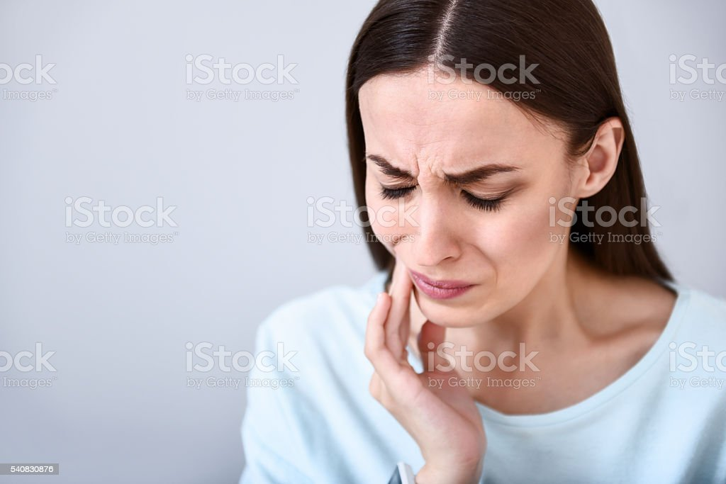 Fröhliche Frau mit Zahnschmerzen - Lizenzfrei Berühren Stock-Foto