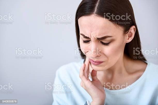 Fröhliche Frau Mit Zahnschmerzen Stockfoto und mehr Bilder von Berühren