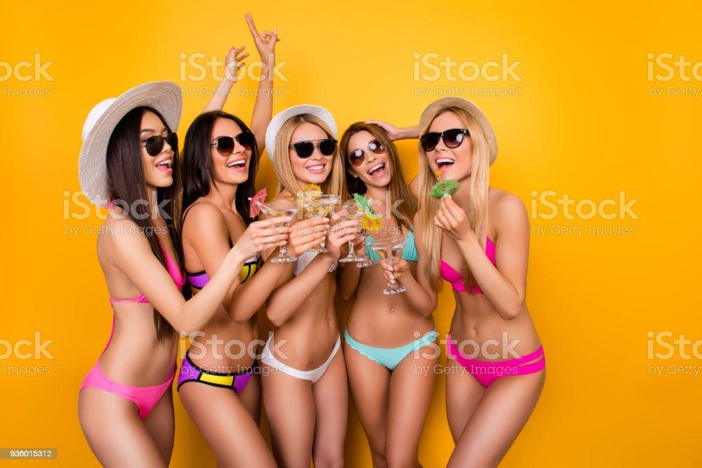 A bientôt! Humeur, fou de joie. À l'été, de bonheur et de plaisir! Excité de cinq demoiselles sont enjoing lors de la fête de poule près le swimpool en maillot de bain dernier cri et des lunettes de soleil, casquettes, d'avoir boissons à célébrer - Photo