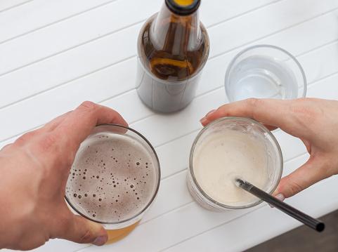 유리 및 병 맥주를 건배합니다 날씨에 대한 스톡 사진 및 기타 이미지