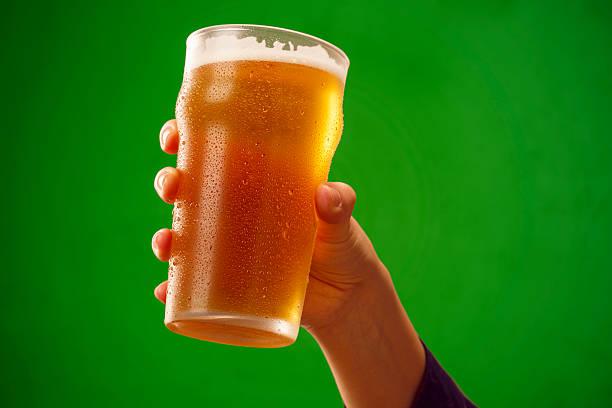Cheers eiskaltes Bier Hand mit Bier Glas, toast – Foto