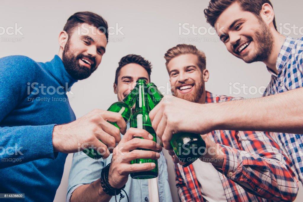 Prost Männer! Bachelor Männer leben. Niedrigen Winkel Foto der vier happy Friends, klirren die Gläser Bier. Sie sind Fans von Sportspielen wie Fußball, Basketball, Eishockey, baseball – Foto