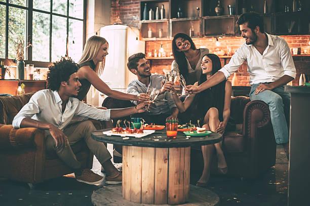 tchin!  - diner entre amis photos et images de collection