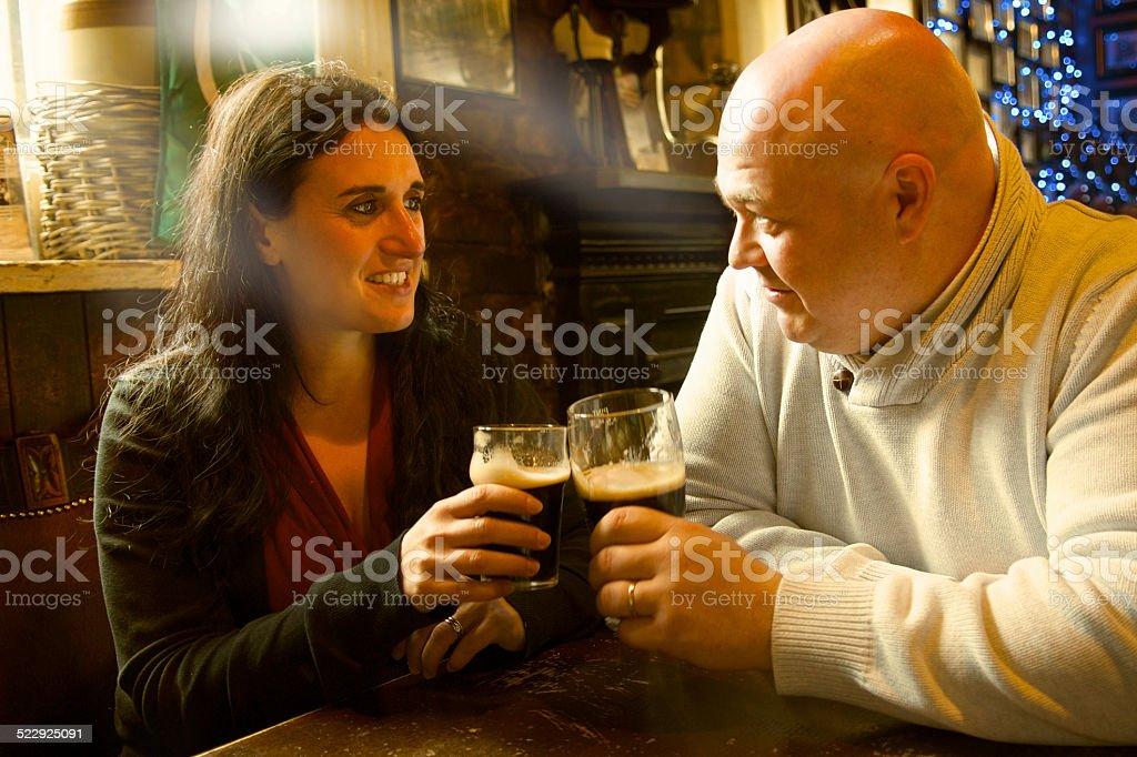 Cheers auf einem Tisch in einem pub – Foto