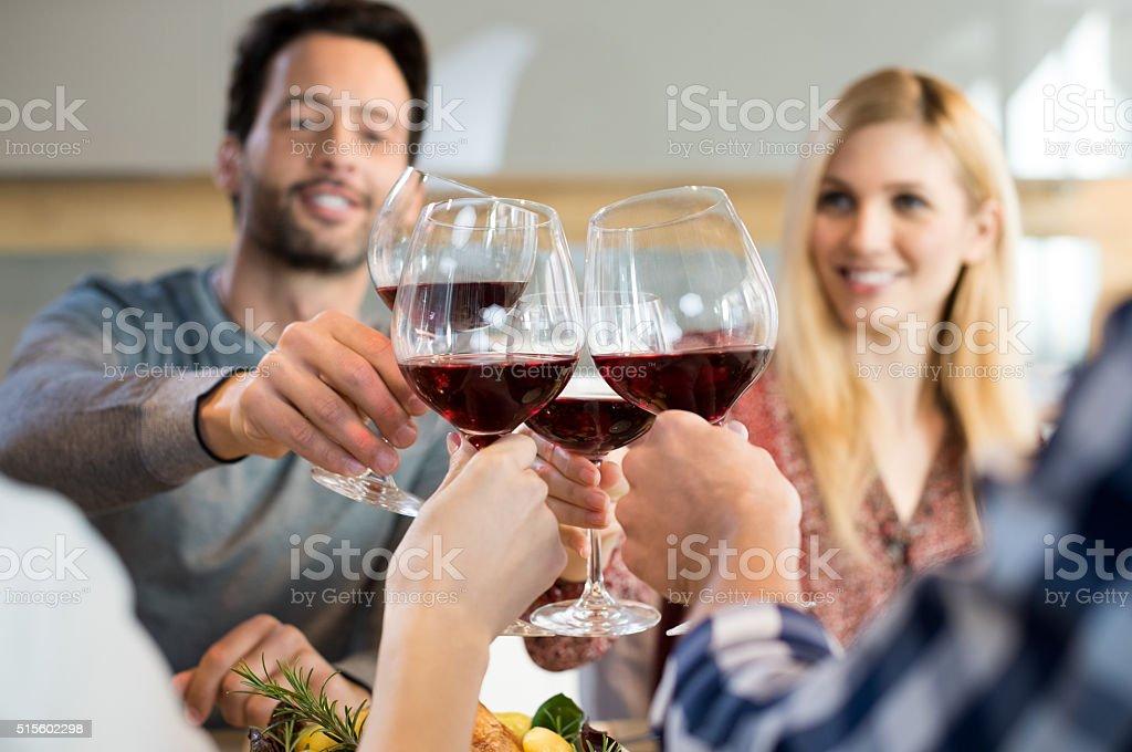 Disfruta con amigos - foto de stock