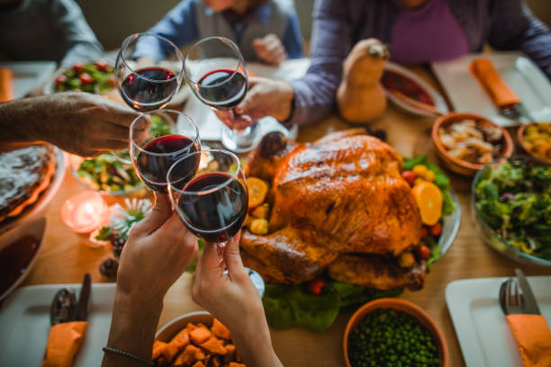 cheers to this great thanksgiving dinner! - christmas table foto e immagini stock
