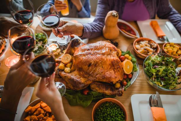 cheers to this great thanksgiving dinner! - jantar assado imagens e fotografias de stock