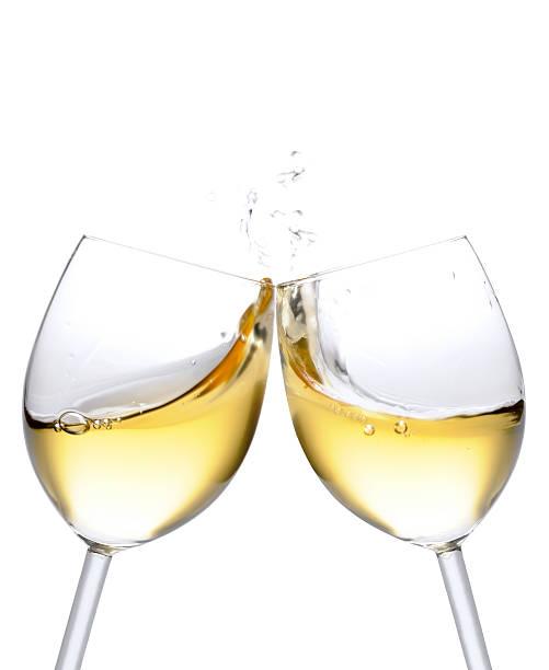 Prost! Zwei weiße Wein Gläser mit splash isoliert auf weiss – Foto