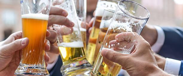 cheers mit Bier-Biergläser beim anstoßen – Foto