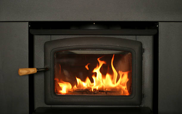 alegre fogo queimando na lareira inserir - inserindo - fotografias e filmes do acervo