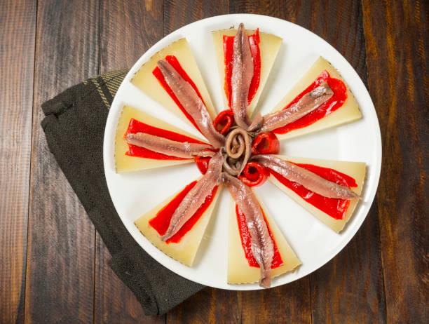 aperitivo de queso y anchoas - studioimagen73 fotografías e imágenes de stock