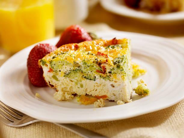 fromage et brocoli frittata - quiche photos et images de collection