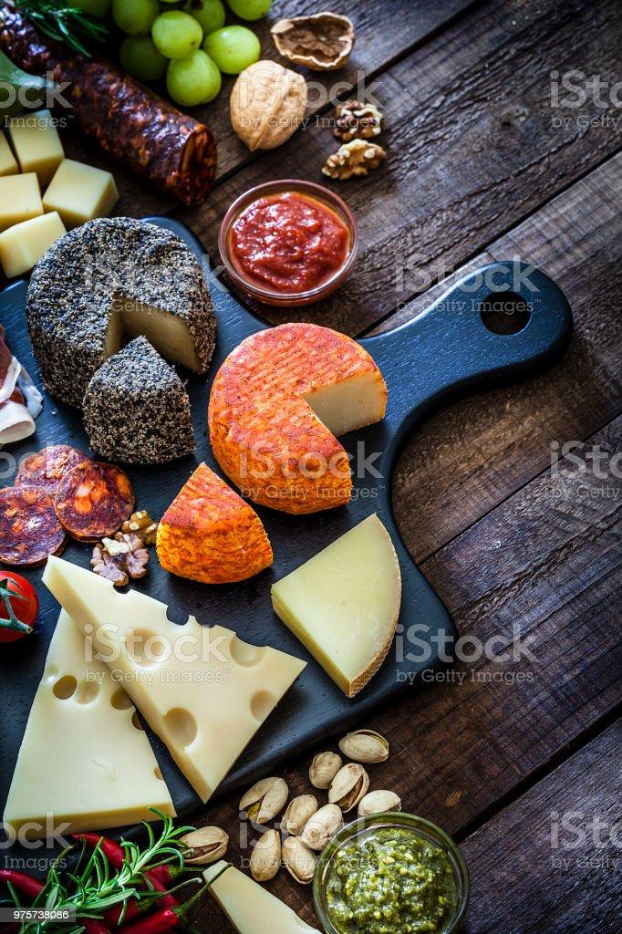 Käse und Wurst-Board von oben geschossen auf Holztisch - Lizenzfrei Antipasto Stock-Foto