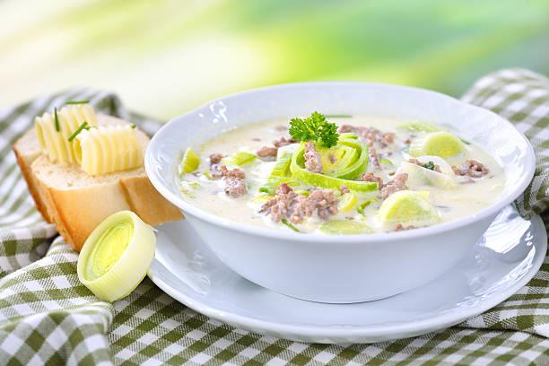 Käse und Lauch-Suppe mit Fleisch – Foto