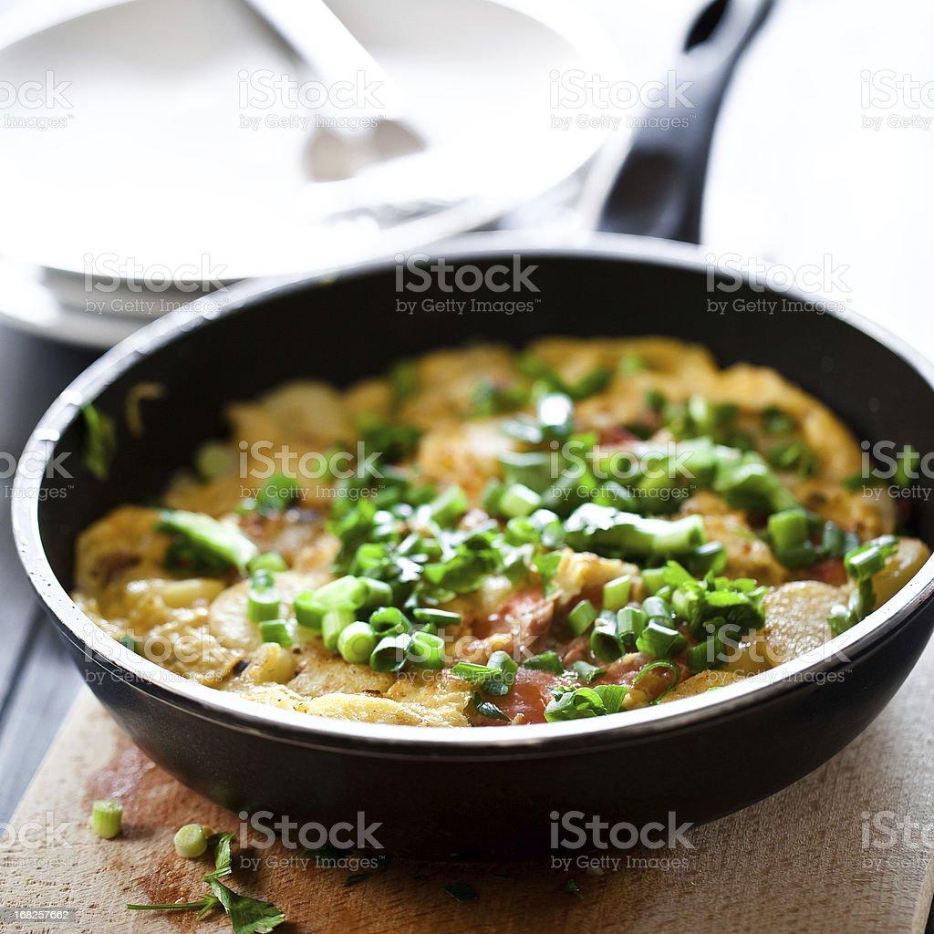 Käse und Tomaten Frittata mit frischem Schnittlauch – Foto