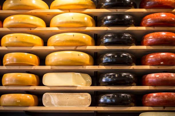 käse auf einem markt - günstig nach amsterdam stock-fotos und bilder