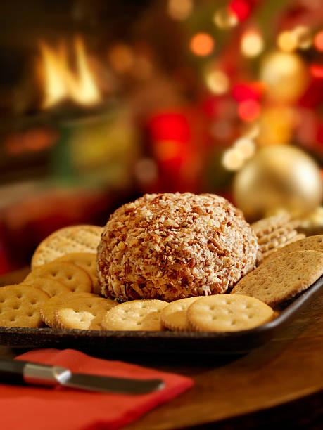 cheese ball mit crackern in der weihnachtszeit - aufstrich weihnachten stock-fotos und bilder