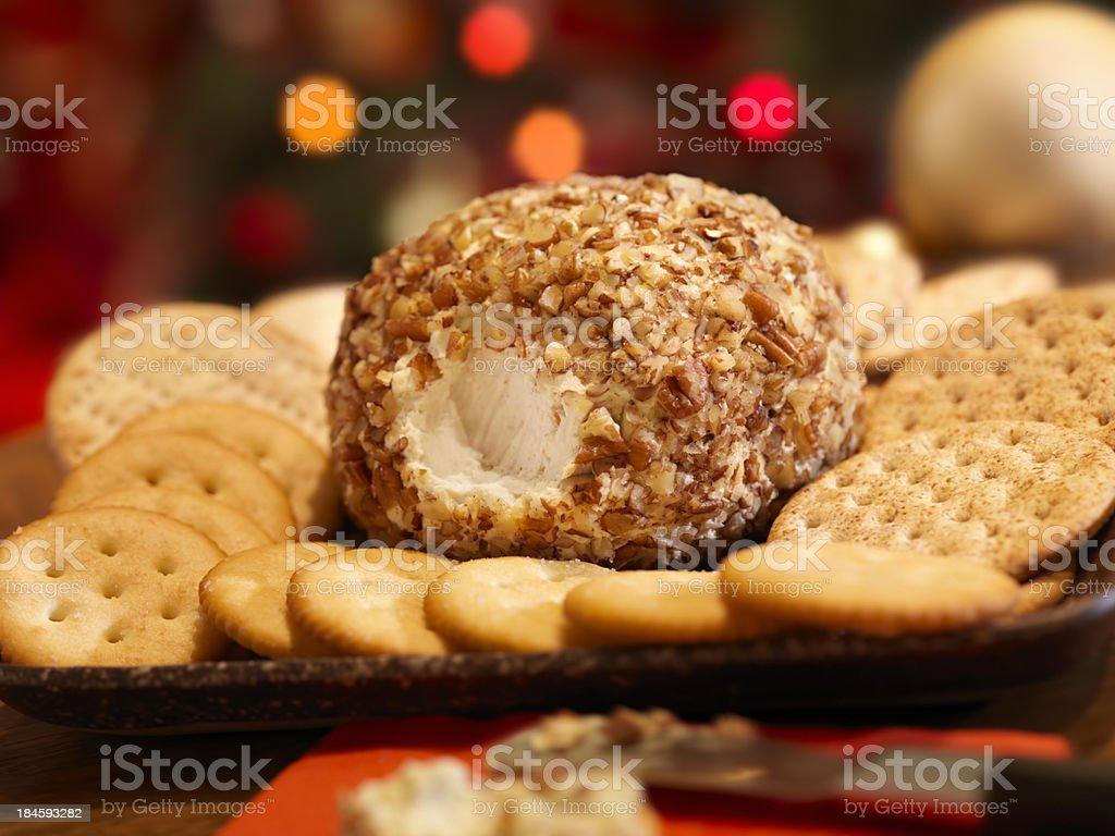 Bola de queijo com bolachas no Natal - foto de acervo