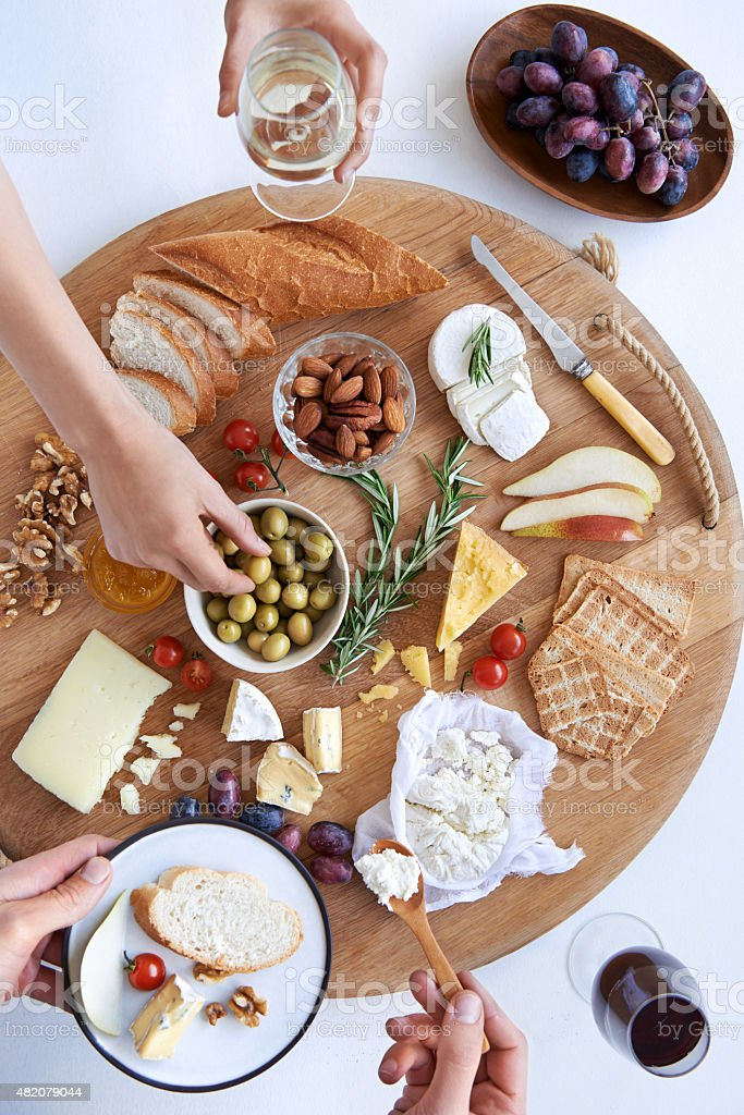 Cheese board with hands, party snacks foto