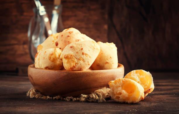 bolos do queijo na bacia de madeira, tabela rústica da cozinha - comida salgada - fotografias e filmes do acervo
