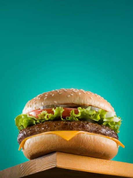 Cheeseburger auf grünem Hintergrund. – Foto
