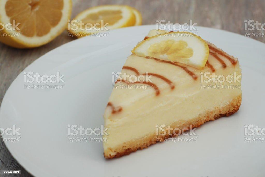 Tarta de queso con caramelo salsa salsa de caramelo aislado sobre papel de estraza con cuchara azúcar dulce postre - foto de stock