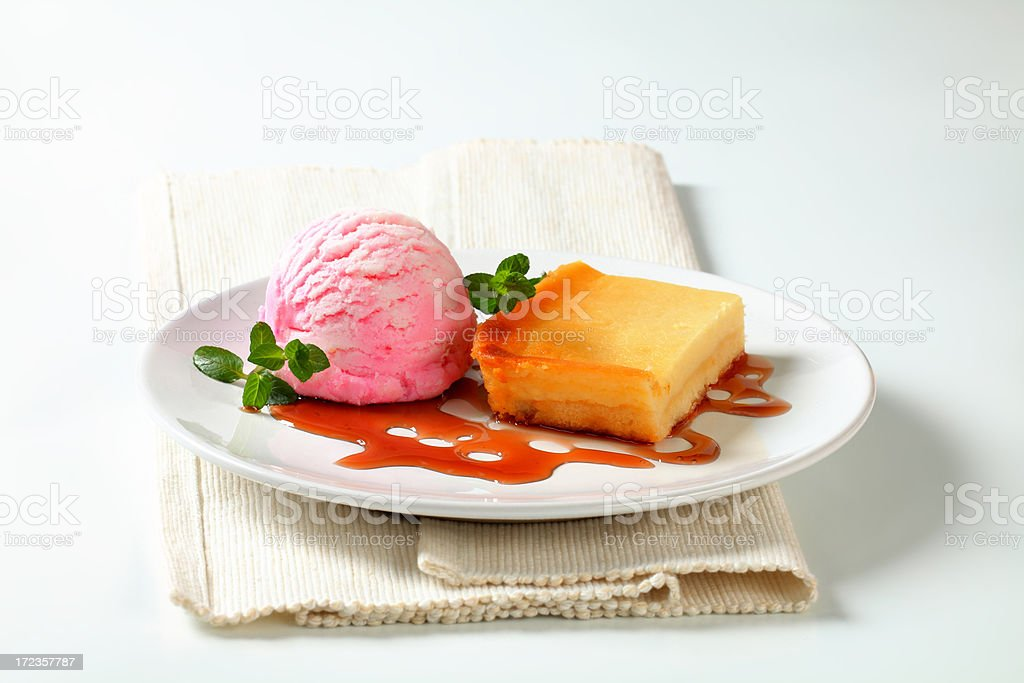 Pastel de queso con helado foto de stock libre de derechos