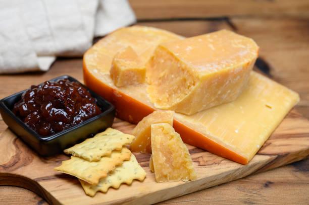 kaasinzameling, hollandse oude kaas uit terschellinger polder op waddeneilanden, friesland, nederland en appelchutney - beemster stockfoto's en -beelden