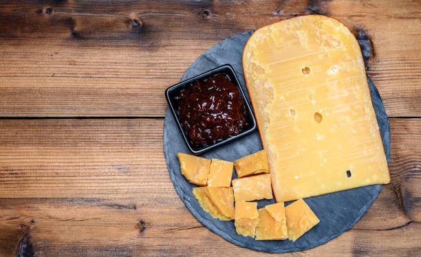 kaascollectie, hollandse oude kaas uit terschellinger polder op waddeneilanden, friesland, nederland en appelchutney - beemster stockfoto's en -beelden
