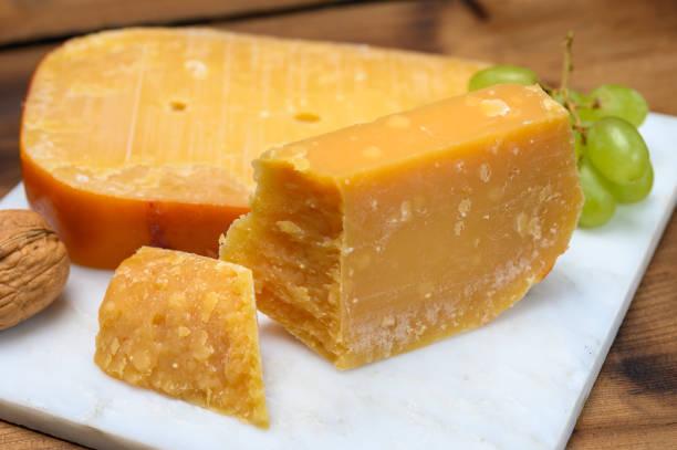 kaascollectie, hollandse oude kaas uit terschellinger polder op waddeneilanden, friesland, nederland - beemster stockfoto's en -beelden