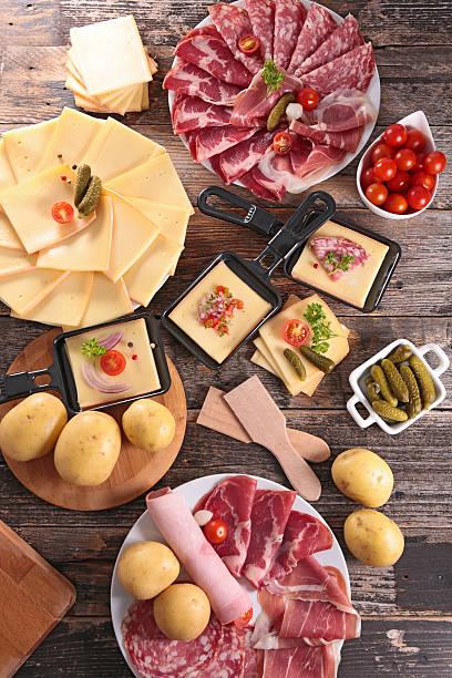 fromage, des pâtisseries et de pommes de terre - raclette photos et images de collection