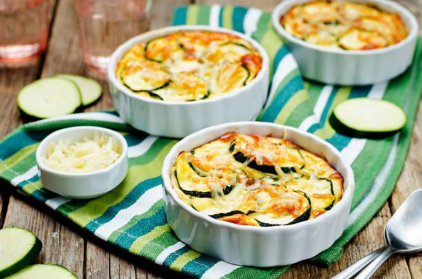 cheese eggs zucchini casserole - käse zucchini backen stock-fotos und bilder