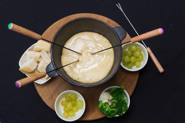 ein käsefondue auf eine tischplatte - fondue zutaten stock-fotos und bilder