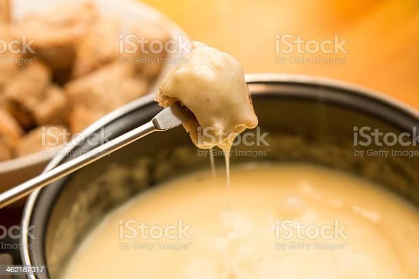 Comer Fondue De Queso Foto de stock y más banco de imágenes de Cacerola