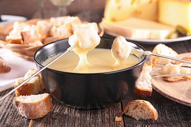 käsefondue - fondue stock-fotos und bilder