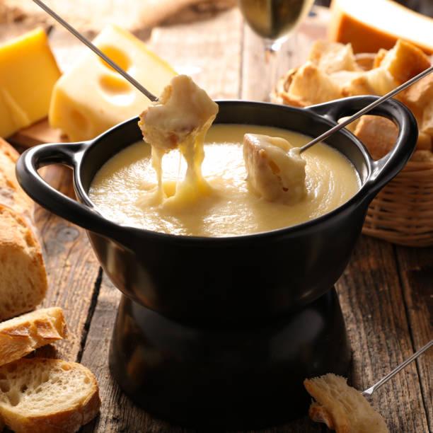 käsefondue - fondue zutaten stock-fotos und bilder