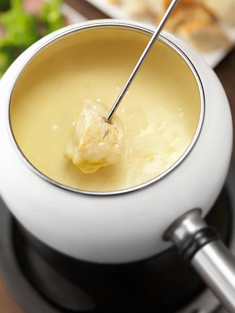 käsefondue mit französischen brot - fondue zutaten stock-fotos und bilder