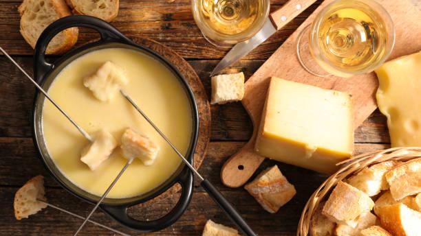 käsefondue mit wein und brot - fondue stock-fotos und bilder