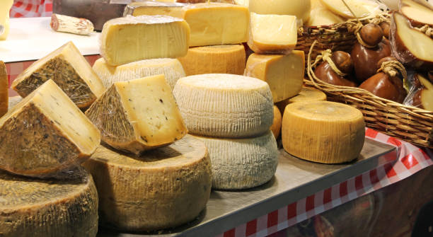 cheese for sale at market Pecorino cheese and more italian foods for sale at local market pienza stock pictures, royalty-free photos & images