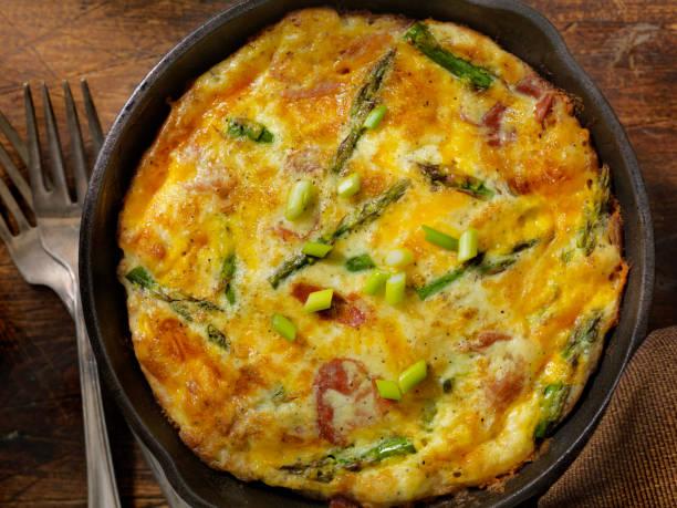 frittata au fromage avec asperges et prosciutto - quiche photos et images de collection