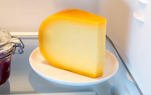 Käse aus dem Kühlschrank mit der Tür – Foto