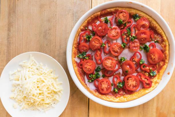 käse-low-carb-pizza - low carb pizzateig stock-fotos und bilder