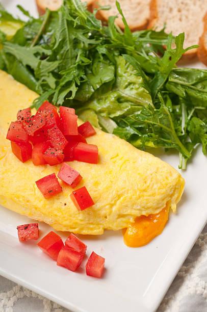 käse ometette mit tomaten und salat - kräuterfaltenbrot stock-fotos und bilder