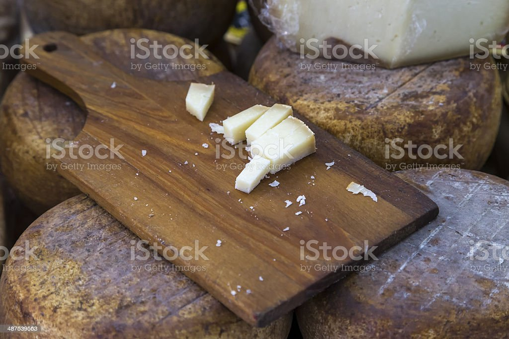 Käse Sie in einem traditionellen Lebensmittelmarkt – Foto