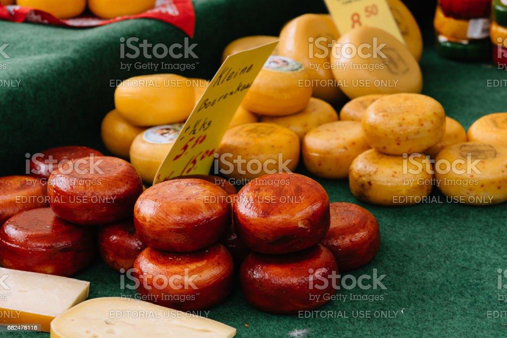 Käse Auf Tisch Im Marktstand Auf Gouda Käsemarkt. Es Bleibt Ein Spektakel  Das Herzstück Des